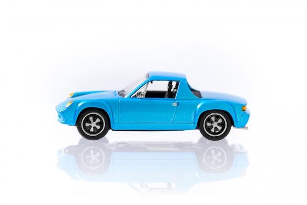 Mooie vintage en retro model blauwe auto met zijaanzichtprofiel