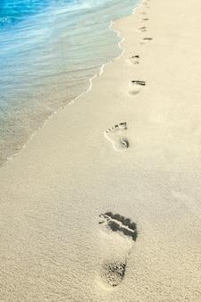 Mooie voetafdrukken met voetjes op het zand