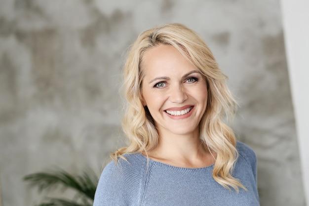 Mooie volwassen blonde vrouw portret