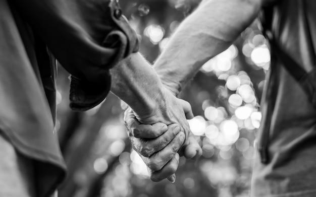 Mooie volwassen paar hand in hand