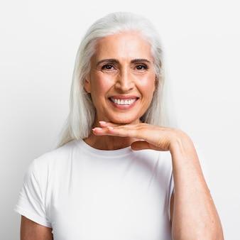 Mooie volwassen vrouw die lacht