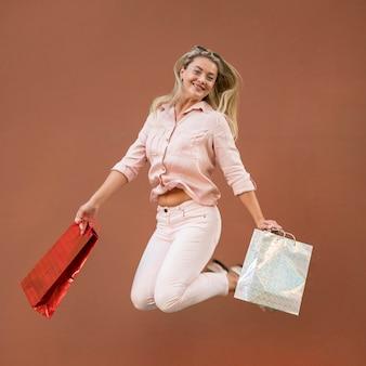 Mooie volwassen vrouw met boodschappentassen