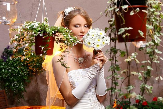 Mooie volwassen vrouw op bruiloft