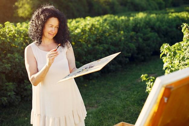Mooie volwassen vrouwentekening op een de zomergebied