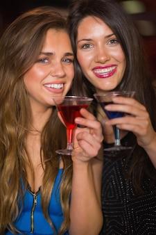 Mooie vrienden die cocktails samen drinken