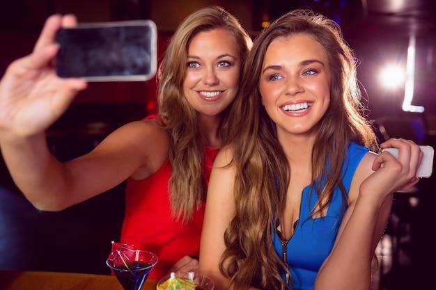 Mooie vrienden die een selfie nemen