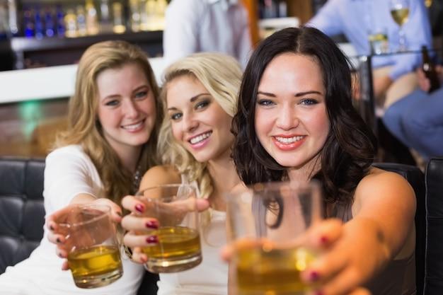 Mooie vrienden die samen een drankje drinken