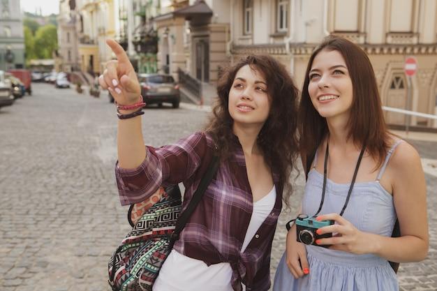 Mooie vriendinnen genieten van reizen samen europa