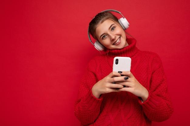 Mooie vrolijke glimlachende jonge vrouw, gekleed in stijlvolle vrijetijdskleding geïsoleerd
