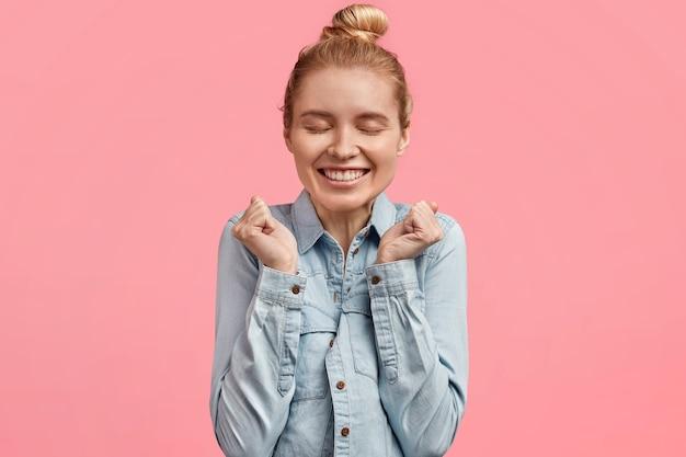 Mooie vrolijke jonge vrouw heeft een aangename, zachte glimlach