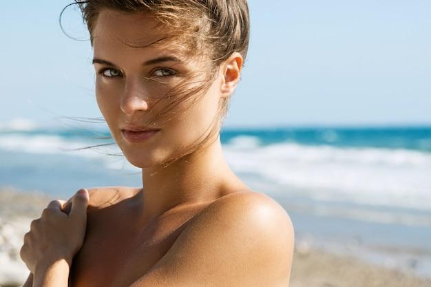 Mooie vrouw aan de zee