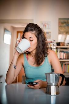 Mooie vrouw aan het ontbijt