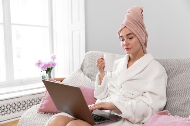 Mooie vrouw aan het werk na het nemen van een bad