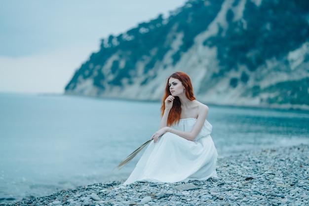 Mooie vrouw aan zee