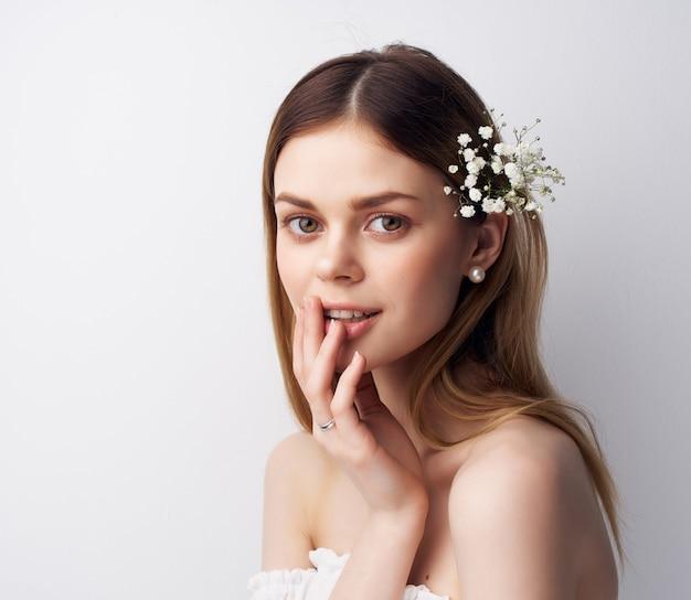 Mooie vrouw aantrekkelijk uiterlijk bloemen in haarversieringen. hoge kwaliteit foto