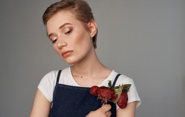 Mooie vrouw aantrekkelijke look bloemen cadeau grijze achtergrond
