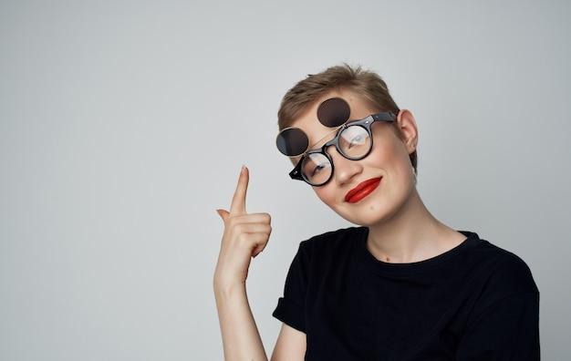 Mooie vrouw aantrekkelijke look rode lippen bril mode studio.