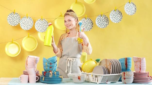 Mooie vrouw adverteert effectieve vloeistof voor het wassen van vuile vaat. het concept van reclame
