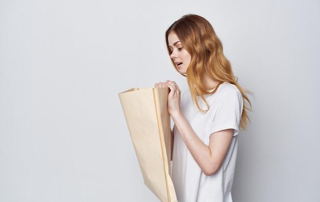 Mooie vrouw ambachtelijke tassen in handen geïsoleerde ruimte winkelen