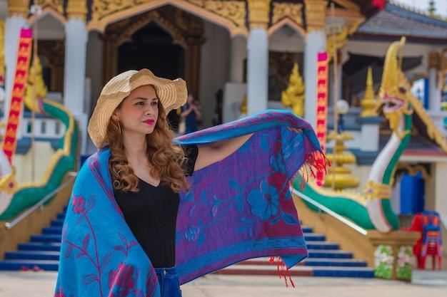 Mooie vrouw bewondert de schoonheid van de huay sai khao-tempel