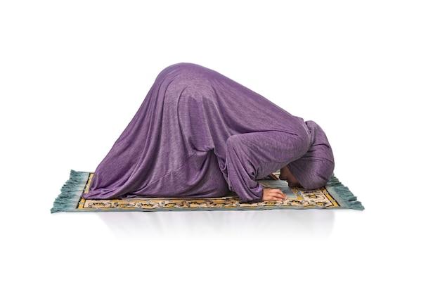 Mooie vrouw bidden op een mat