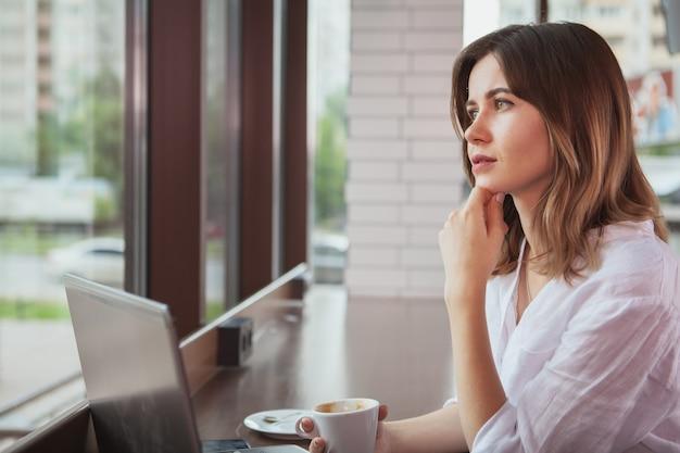 Mooie vrouw bij de koffiewinkel