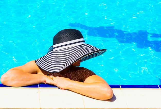 Mooie vrouw bij het zwembad