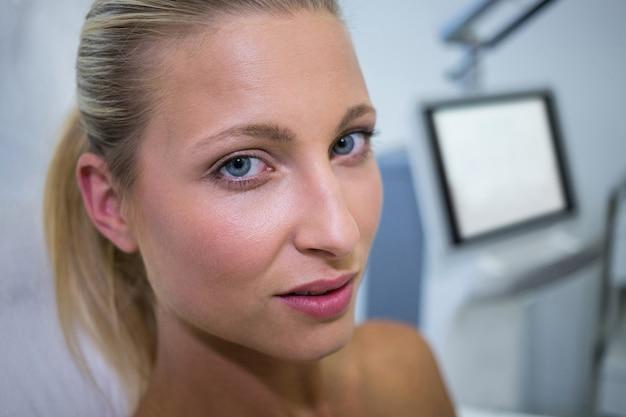 Mooie vrouw bij kliniek