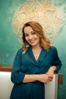 Mooie vrouw bij receptie in yoga- en wellnesscentrum