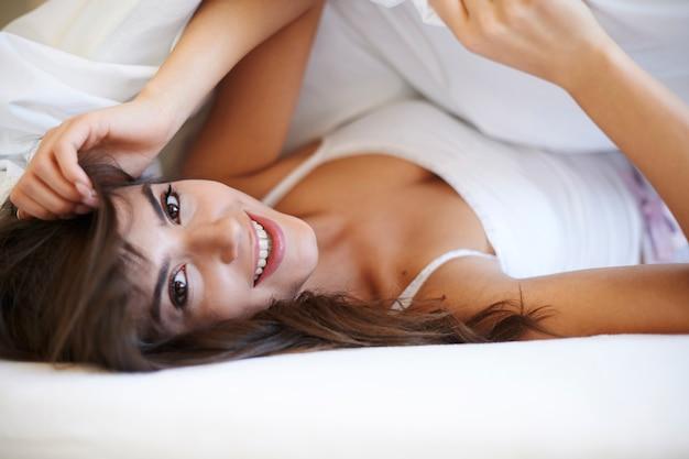 Mooie vrouw bij slaapkamer