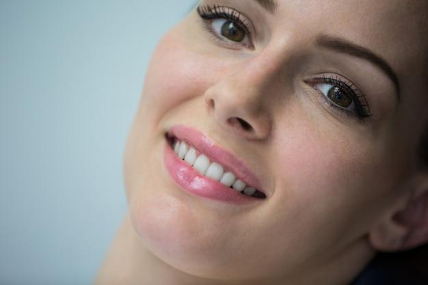 Mooie vrouw bij tandheelkundige kliniek