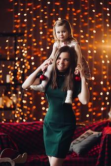 Mooie vrouw binnen met mooi klein babymeisje