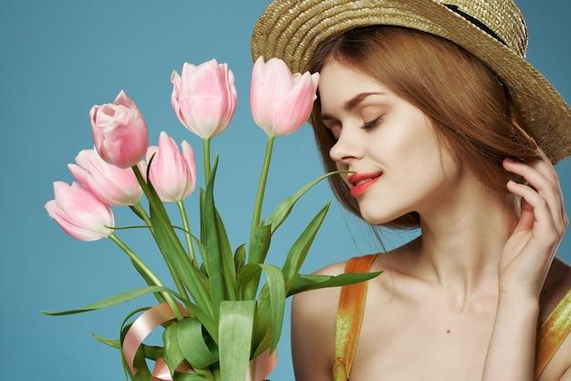 Mooie vrouw bloemen lente op charme romantiek