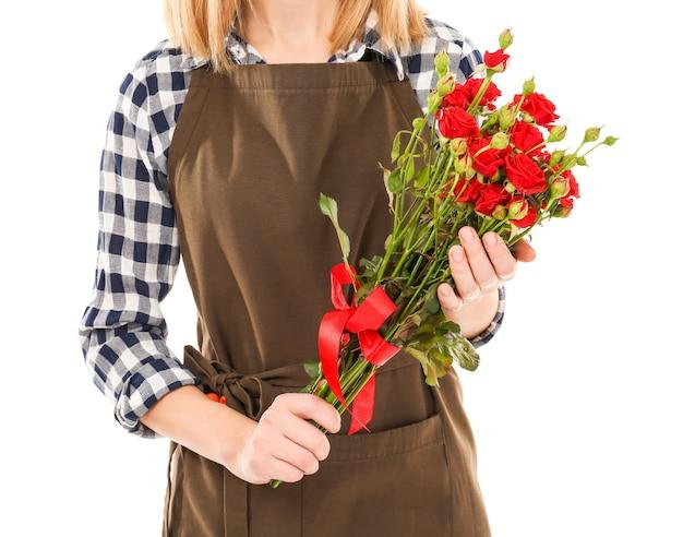 Mooie vrouw bloemist bos rozen geïsoleerd op wit te houden