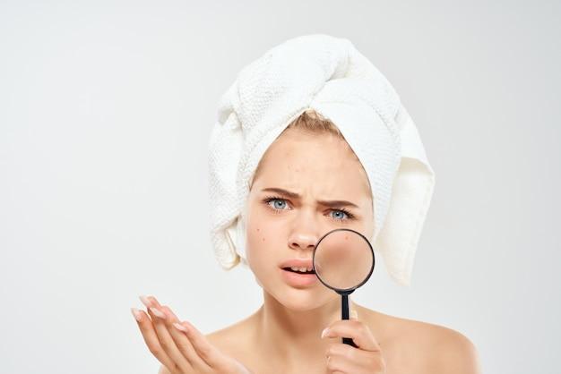 Mooie vrouw blote schouders acne behandeling studio close-up