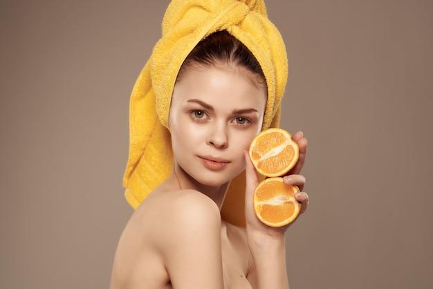 Mooie vrouw blote schouders met fruit vitaminen poseren close-up. hoge kwaliteit foto