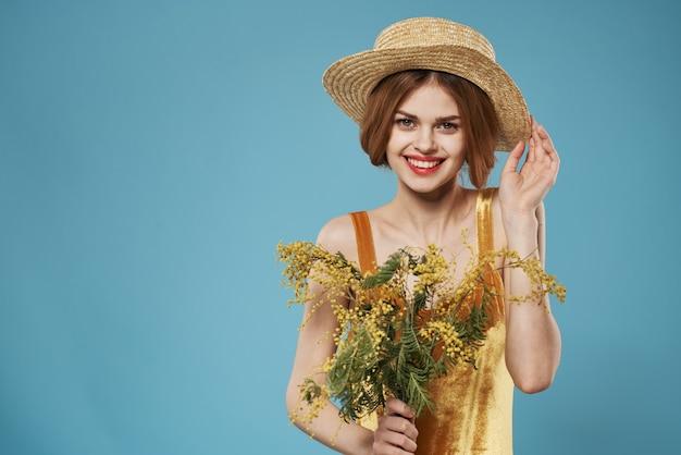 Mooie vrouw boeket mimosa vakantie vreugde levensstijl
