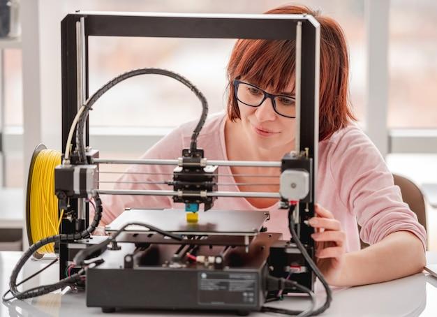 Mooie vrouw bril werken met 3d-printer op project