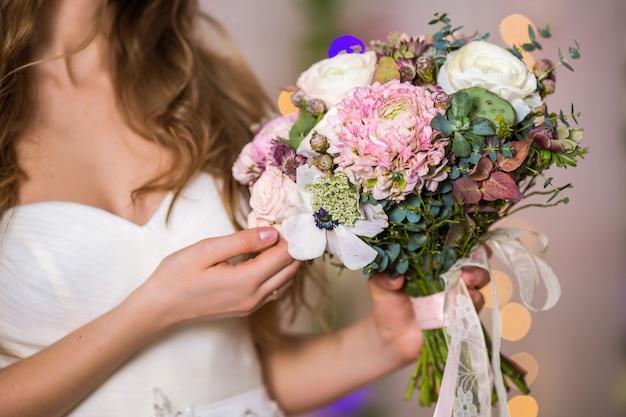Mooie vrouw bruid make-up en kapsel meisje studio