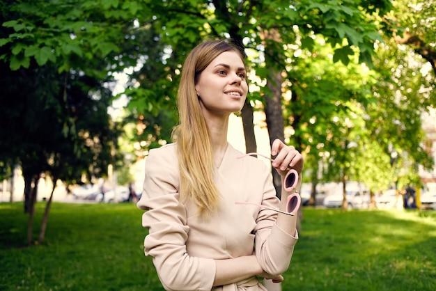 Mooie vrouw buiten in groene bomen park rust
