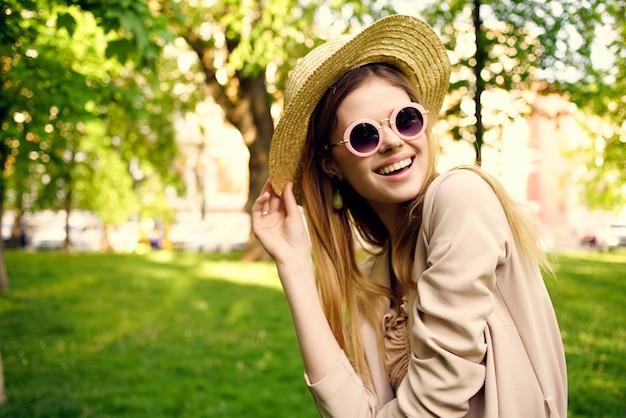 Mooie vrouw buiten lopen mode zomer levensstijl