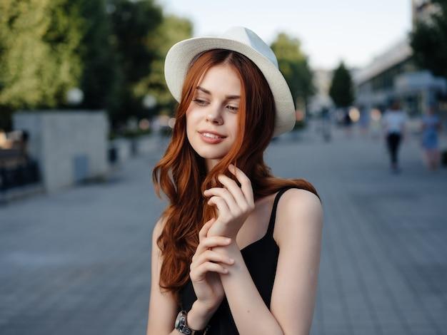 Mooie vrouw buiten wandelen rust reizen levensstijl