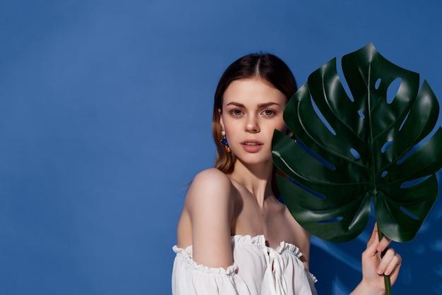 Mooie vrouw charmante look exotische glamour blauwe achtergrond