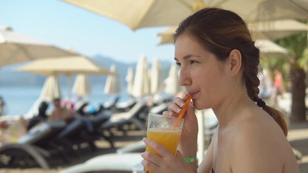 Mooie vrouw cocktail drinken
