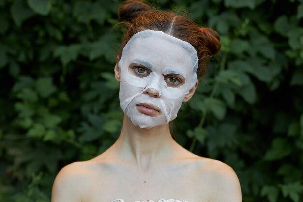 Mooie vrouw cosmetische masker cosmetologie