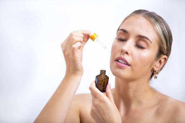 Mooie vrouw cosmetische natuurlijke make-up hand aanraken huid schoonheid model gezicht, schoonheid huid zorg concept