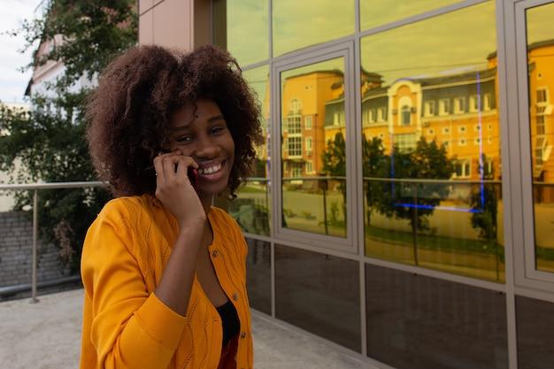Mooie vrouw de straat met haar telefoon
