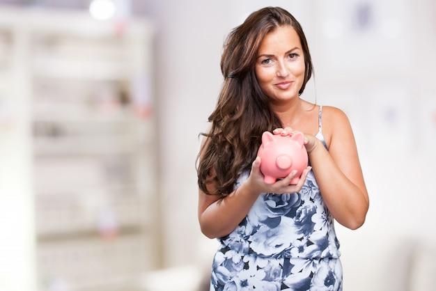 Mooie vrouw de zorg voor haar spaarpot