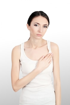 Mooie vrouw die aan pijn in borst lijdt. gezondheidsproblemen