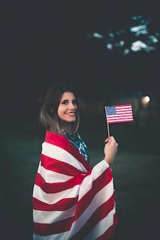 Mooie vrouw die amerikaanse vlag houdt - beeld